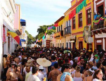 Sábado de Zé Pereira com ruas lotadas em Olinda