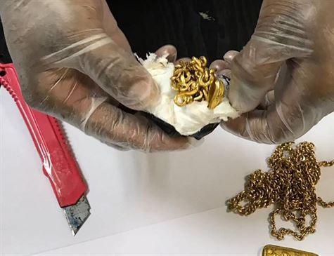 Passageiro de avião é detido com 1 kg de ouro dentro do reto