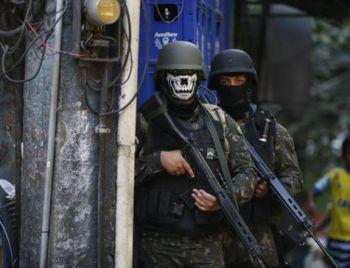 Comando diz que é indevido o uso de máscara de caveira por militares na Rocinha