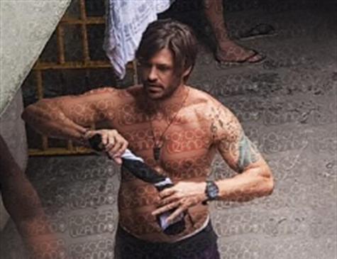 TV divulga imagens de Dado Dolabella sem camisa e de chinelo na prisão