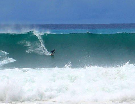 Mar de Fernando de Noronha é agitado por ondas gigantes