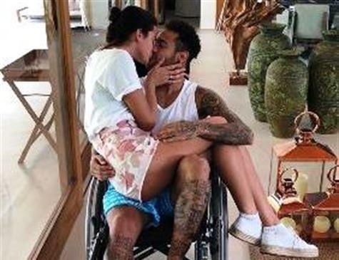 Neymar brinca sobre carona para Bruna em cadeira de rodas