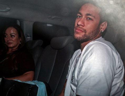 Após alta, Neymar embarca de muletas em jatinho ao lado de Bruna Marquezine