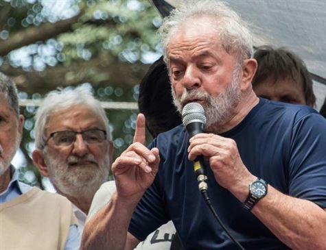 Imprensa internacional destaca a queda de um líder após prisão de Lula