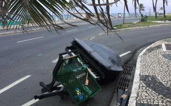 Lixo de luxo: piano é abandonado na orla de Salvador