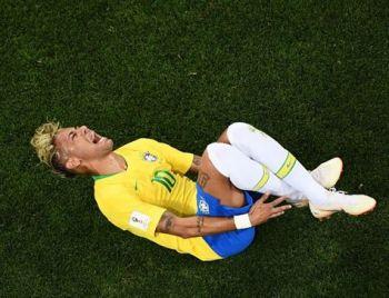 Suíço minimiza faltas em Neymar e diz que craque cai muito