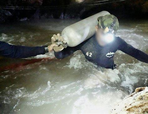Mais três meninos são retirados da caverna; oito já foram resgatados