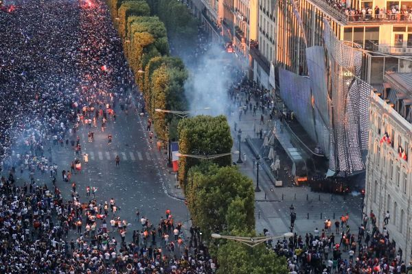 Lojas na Champs-Élysées são saqueadas em comemoração pela Copa em Paris