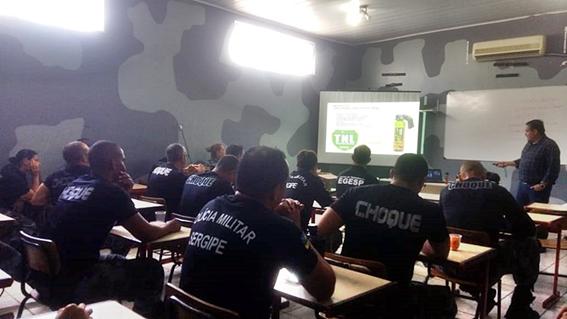 Policiais militares recebem instrução de armamento de defesa não letal