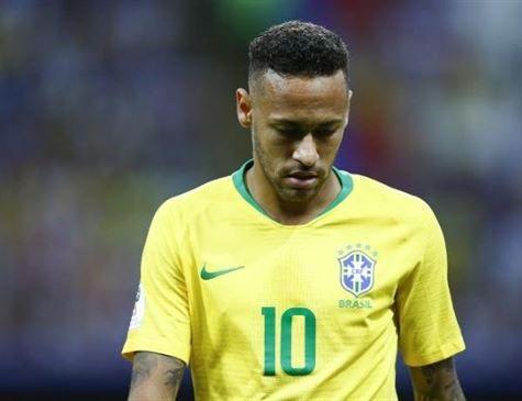 Neymar encara microfones e retoma comando da Seleção
