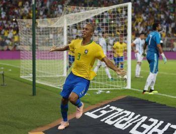 Brasil derrota Argentina e segue 100% pós-Mundial