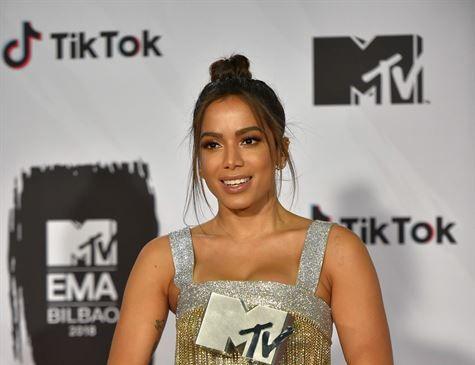 Anitta recebe prêmio no EMA, da MTV, e anuncia EP