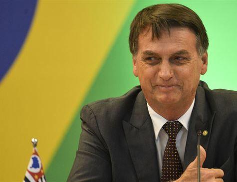 Bolsonaro diz que o Mais Médicos não será suspenso