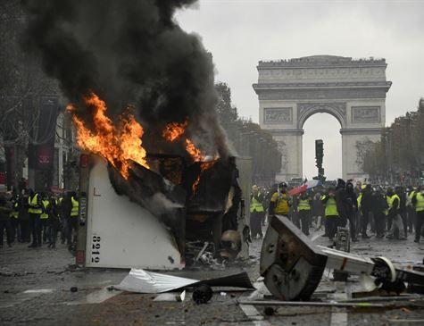 Centenas de manifestantes vão às ruas em Paris protestar contra aumento de impostos