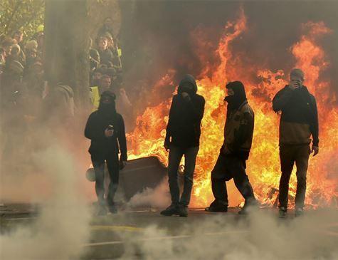Macron aumenta salário mínimo e corta taxa de aposentadorias após protestos