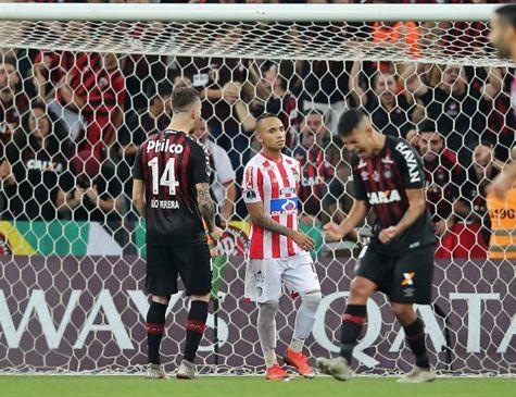 Atlético-PR vence Junior nos pênaltis e conquista primeiro título internacional