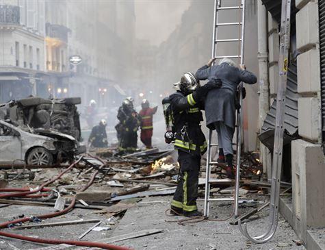Explosão em prédio de Paris deixa três mortos e dezenas de feridos