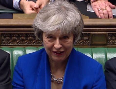 Theresa May sobrevive, mas Brexit afunda em meio a caos político