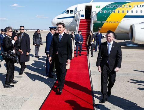 Fora da agenda oficial, Bolsonaro visita CIA com ministros e filho