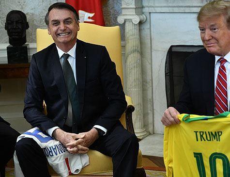 Bolsonaro diz que Trump parece jovem: 'temos a idade da mulher que amamos'