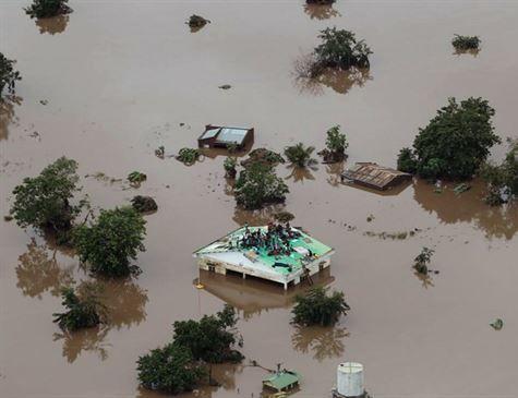 Moçambique: 15.000 pessoas aguardam resgate em zonas inundadas