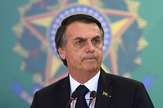 Bolsonaro assina decreto que acaba com horário de verão