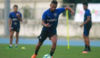 Atacante do Botafogo sofre parada cardíaca durante treinamento