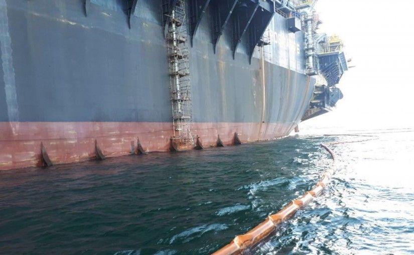 Navio plataforma tem trincas no casco e óleo vaza na Bacia