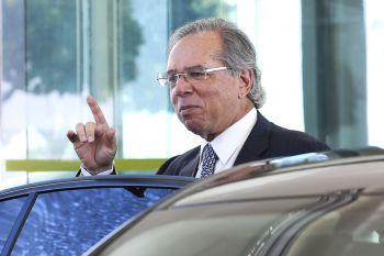 'Preço de petróleo é com a Petrobras', diz Guedes
