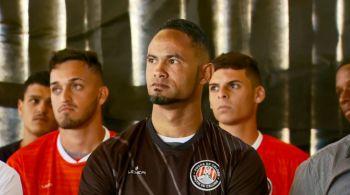 Goleiro Bruno tem contrato rescindido após 45 minutos em campo
