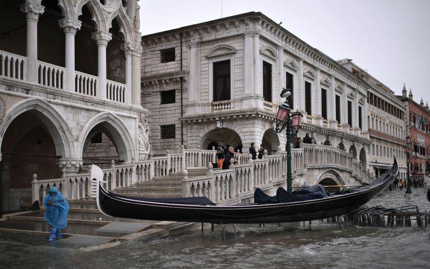 Maré alta histórica afeta Veneza