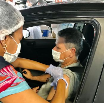 Prefeitura imuniza mais de 4.700 idosos em dois dias de vacinação em sistema drive thru