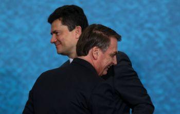 Moro pede demissão após troca na PF, Bolsonaro tenta reverter