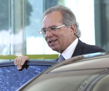 'O Brasil vai surpreender o mundo, é um povo valente', diz Paulo Guedes
