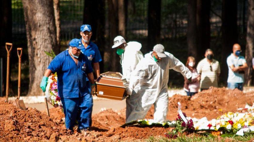 País tem 72 mil mortes por Covid-19 e média de 1.036 óbitos/dia, diz consórcio