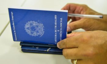 Retomada de empregos com carteira assinada prioriza contratação de homens