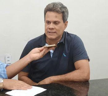 Juca faz um apelo e pede que Paulão assine convênios para obras em Laranjeiras