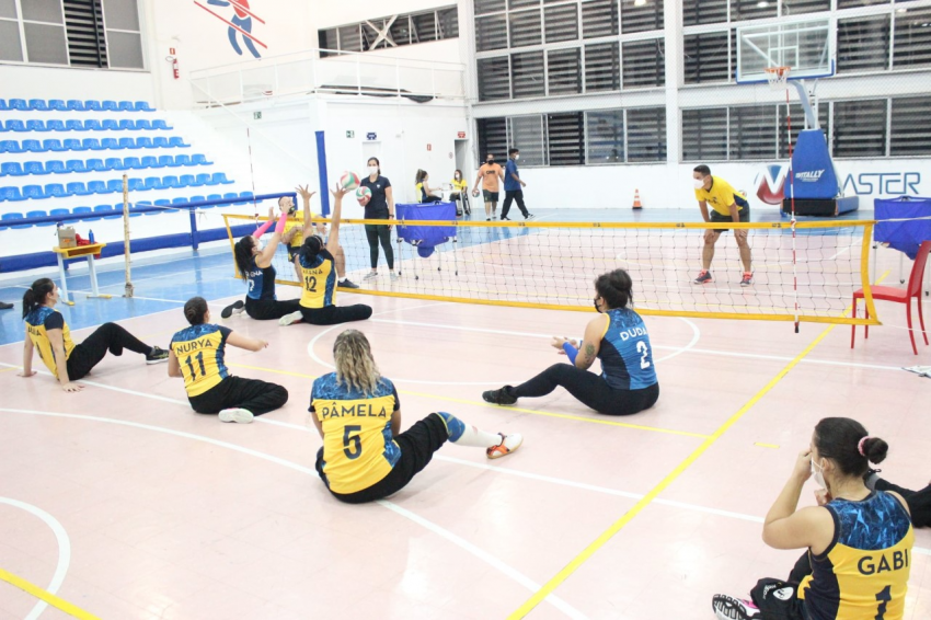 Seleções feminina e masculina de vôlei sentado treinam em Aracaju (SE)