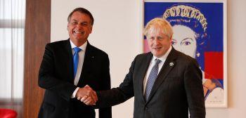 Boris Johnson elogia vacina da AstraZeneca; Bolsonaro responde: 'não tomei'