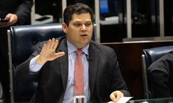 Alcolumbre reage a pressão de Bolsonaro e evangélicos após travar indicação ao STF por 3 meses no Senado